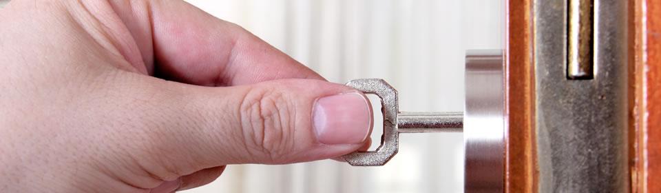 Hand heeft sleutel vast